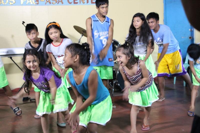 ダンスを踊っている孤児院のこども達